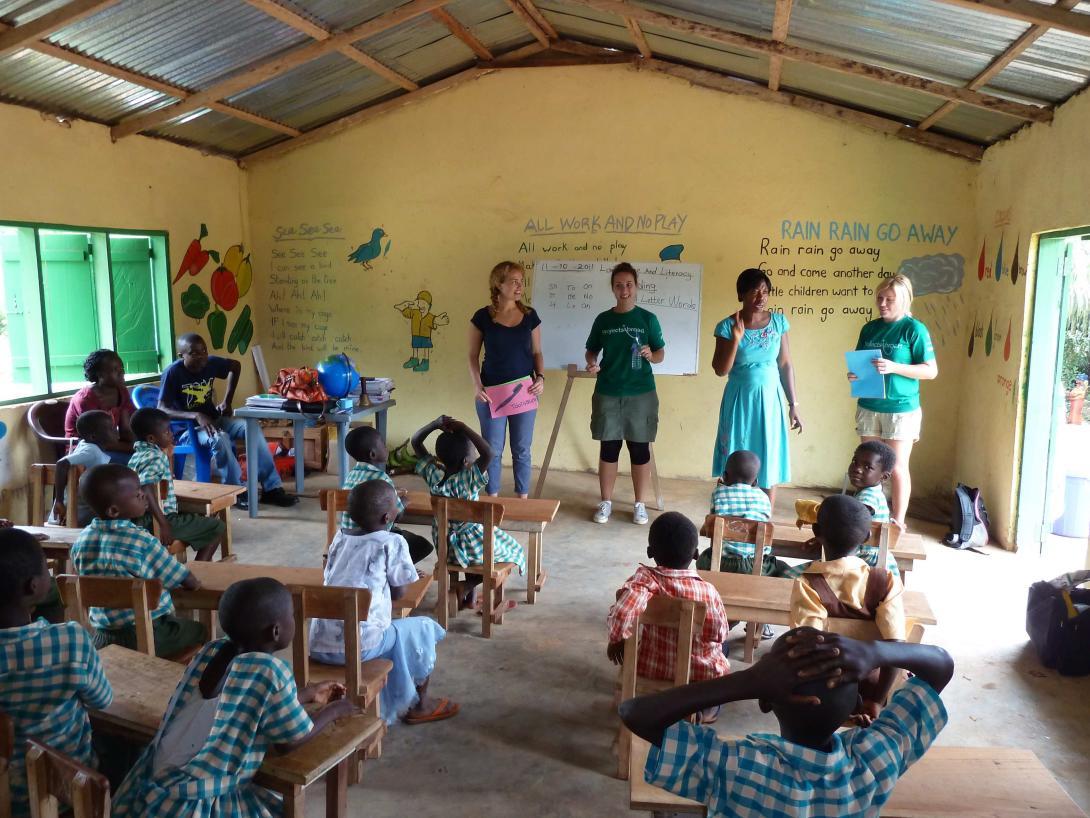 Nuestros voluntarios en Ghana ayudan a niños vulnerables en centros de cuidado comunitarios y no orfanatos.